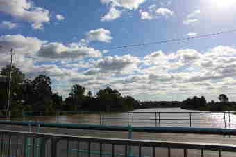 Looking upstream Mary River from shared cyclepath/walkway on Lamington Bridge
